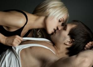 homem-mulher-beijo-deitado-cama